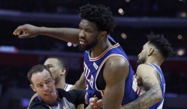 Embiid impone su poder con un doble-doble en victoria de los Sixers