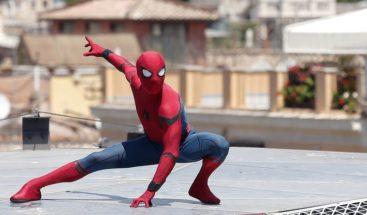 Empleado renuncia y va a trabajar el último día vestido de Spiderman
