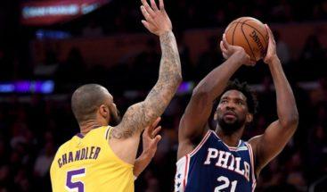 Embiid impone su ley en el Staples Center y da triunfo a Sixers
