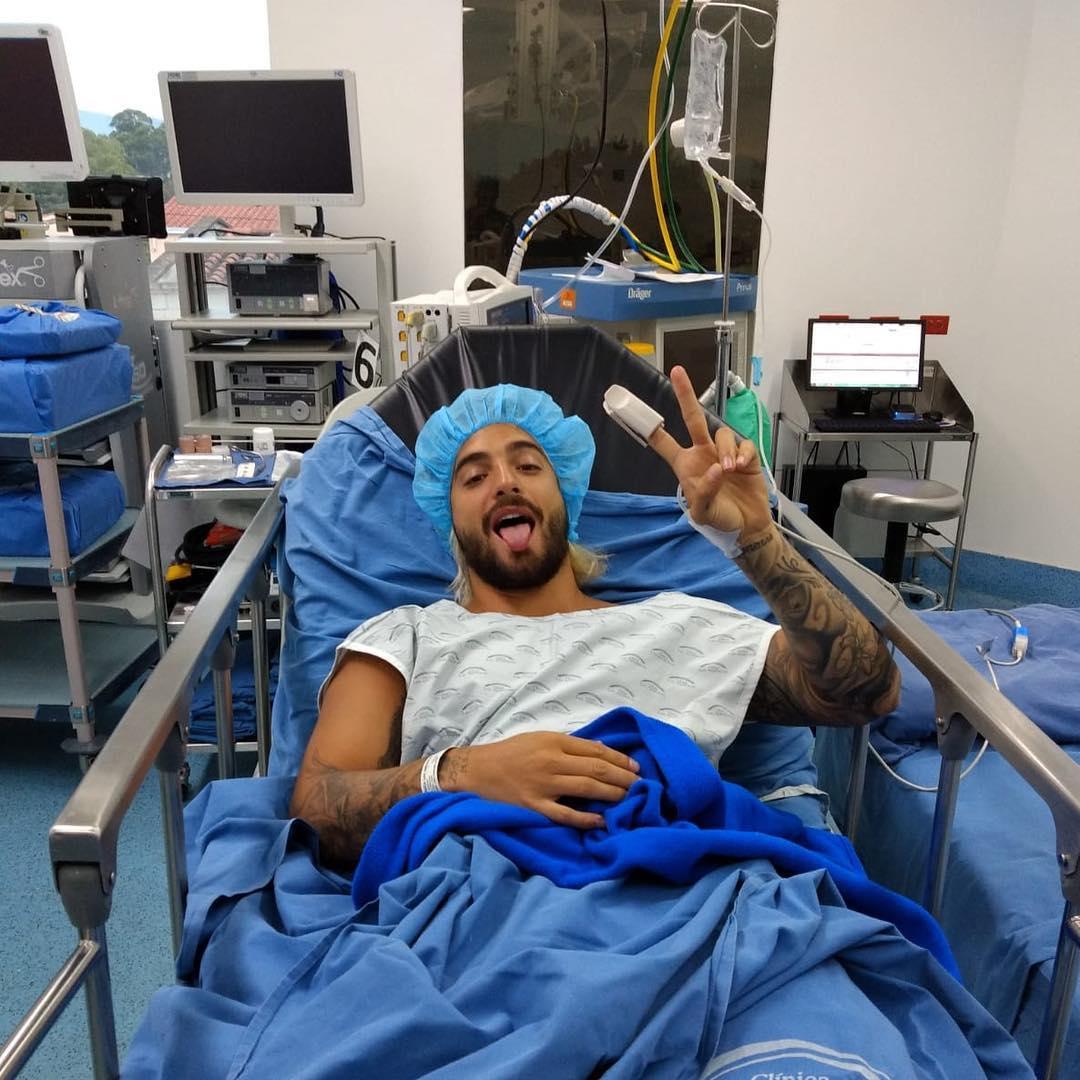 Maluma se somete a una cirugía por la ruptura de ligamentos de su rodilla