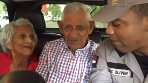 Agentes de la PN realizan hermoso gesto a pareja de ancianos por motivo a San Valentín