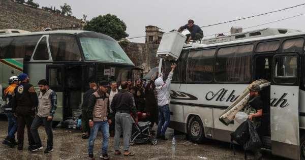 Decenas de camiones con civiles salen del último reducto del EI en Siria