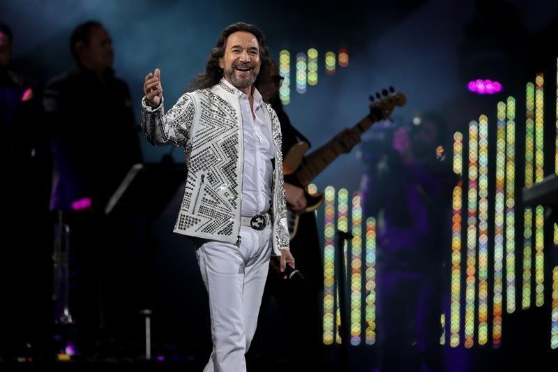 Chilenos se rinden a los pies del cantautor mexicano Marco Antonio Solís