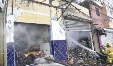 Incendio destruye varios establecimientos comerciales en Santiago
