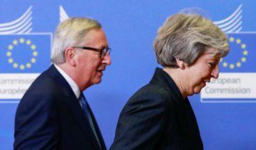Juncker y May buscan salidas a un