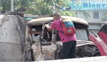 Jóvenes roban partes del camión quemado en la frontera entre Colombia y Venezuela