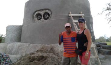 Mujer canadiense construye con materiales reciclables casa a hombre en Duarte