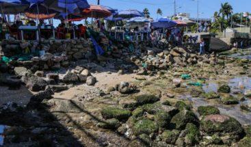 El mar se contrae y desnuda las playas del balneario mexicano de Acapulco