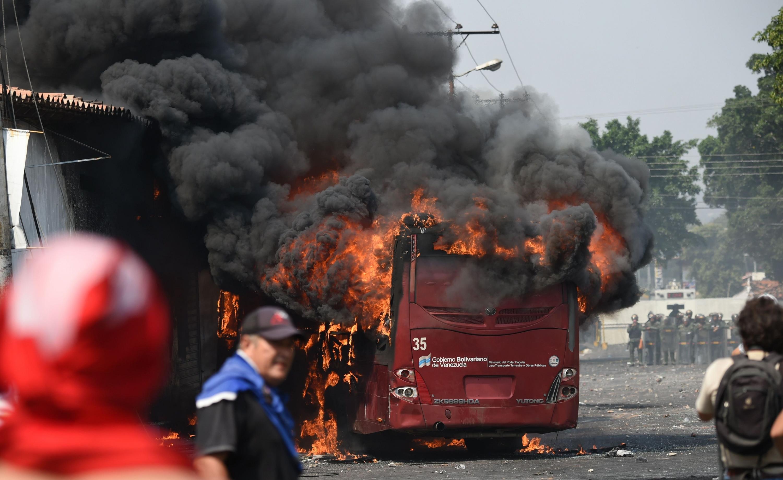 Fiscalía venezolana imputará a ocho personas por quemar autobús en frontera