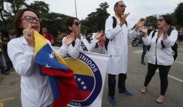 Médicos venezolanos cruzan la frontera para pedir paso ayuda humanitaria