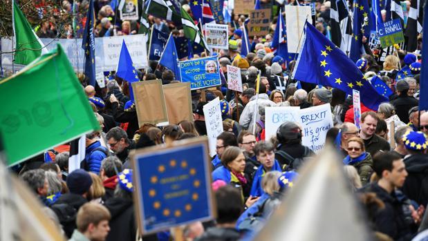 Cientos de miles de personas se manifiestan por un referéndum del