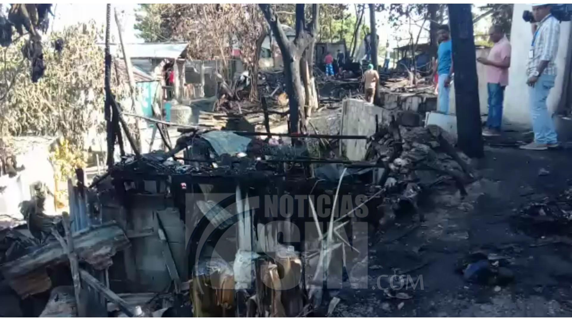 Incendio reduce a cenizas unas seis viviendas en sector Mella II de Santiago