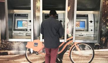 Humorista realiza broma al intentar viajar con un cajero automático en autobús