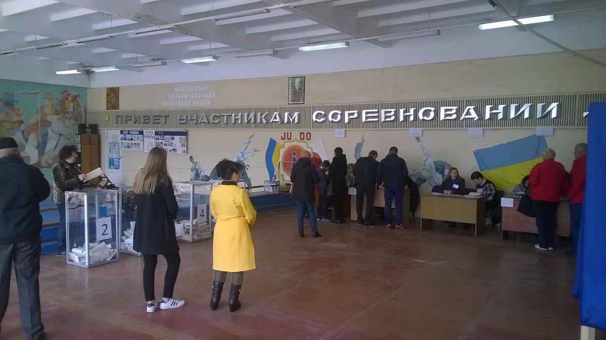 Abren los colegios electorales en una reñida batalla por la presidencia de Ucrania