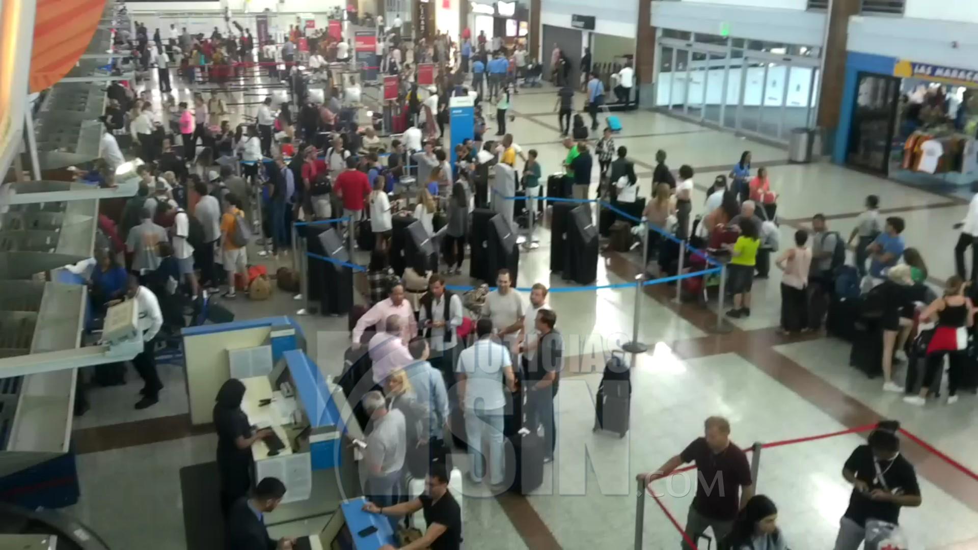 Avión de American Airlines recoge pasajeros estaban varados por suspensión de vuelos