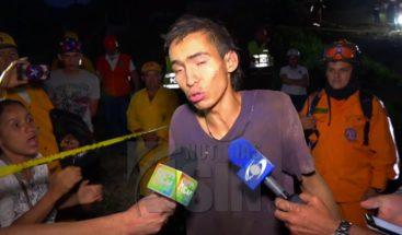 Rescatan joven tras quedar atrapado dentro de un puente
