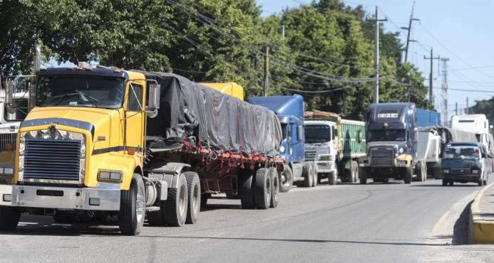 Ministro de Economía critica el paro del transporte de carga