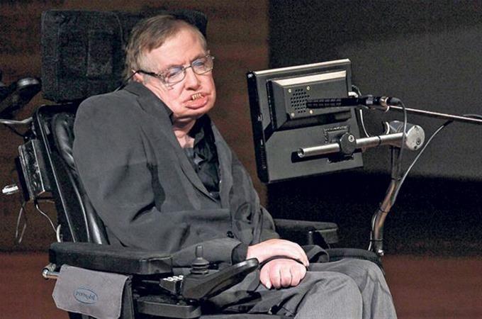 Suspenden a la enfermera de Stephen Hawking por desatender al científico