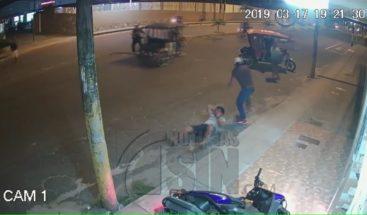 Delincuente arrastra a hombre para robarle su cadena de oro en Perú