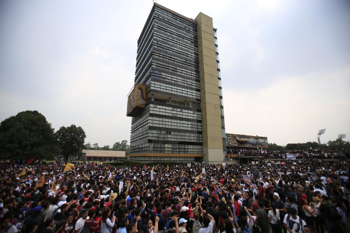 Estudiantes marchan por inseguridad y violencia en universidad mexicana