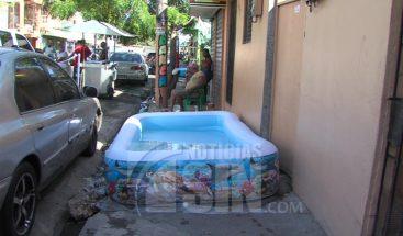 Ciudadanos insisten en darse su chapuzón pese a que la CAASD prohibió el uso de piscina