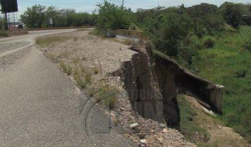 Residentes de San Cristóbal temen derrumbe de calle sobre río Yubazo