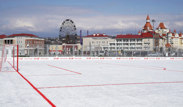 Inauguran en Rusia un campo de fútbol hecho a partir de 50.000 vasos de plástico recicladas