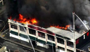 Incendio afecta varios negocios en California, Estados Unidos
