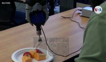 Crean brazo robótico para alimentar humanos
