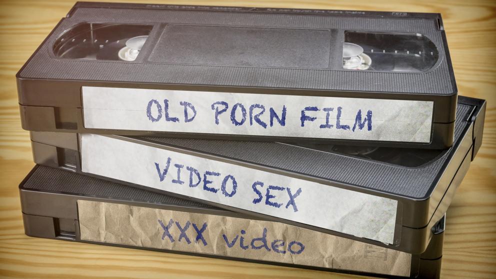 Hombre pide una indemnización de 86.000 dólares a sus padres por destruir su colección de porno