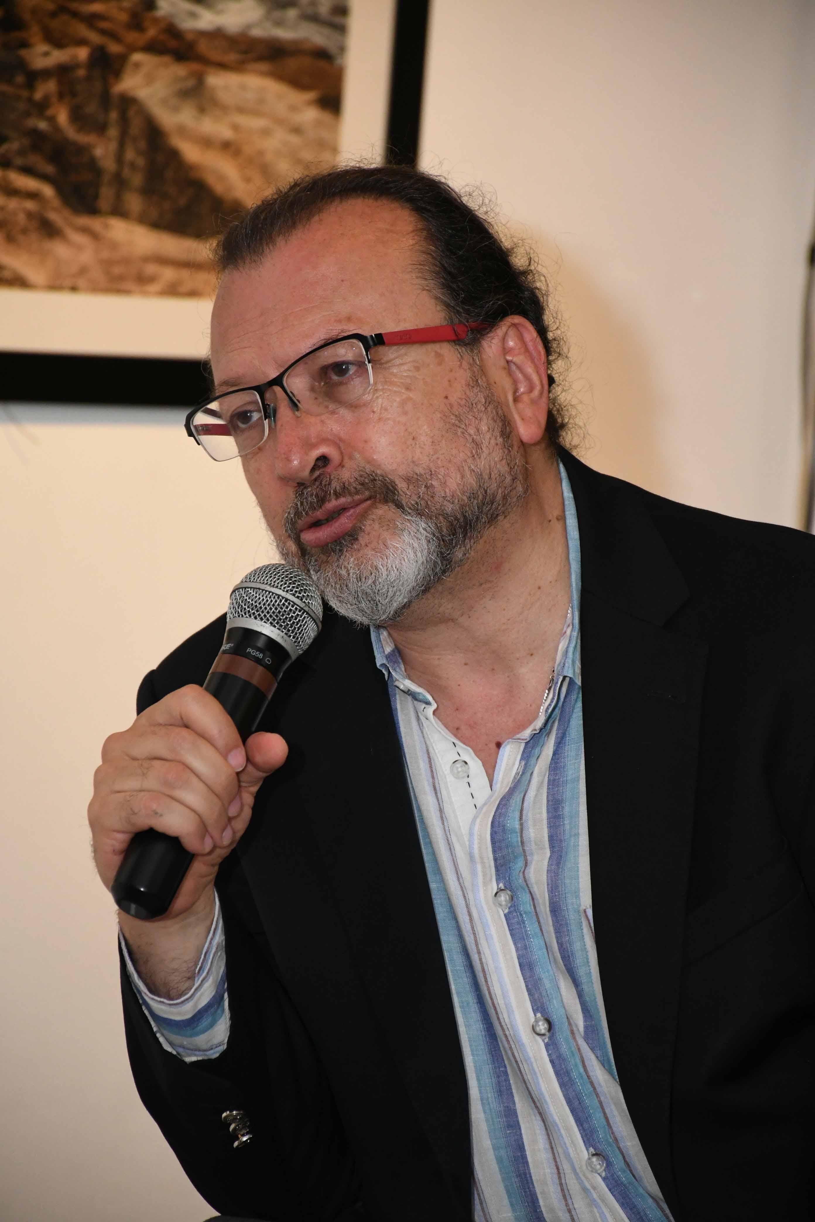 Escritor colombiano valora la Feria del Libro y sugiere crear un mercado común del libro