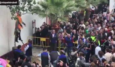Queman y disparan a un muñeco con el aspecto de Puigdemont en un pueblo de Sevilla