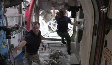 Astronautas establecen ruta de energía al brazo robótico, conocido como Canadarm2