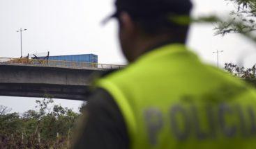 Dramático momento en que policías frustran intento de suicidio de mujer que quería tirarse de un puente
