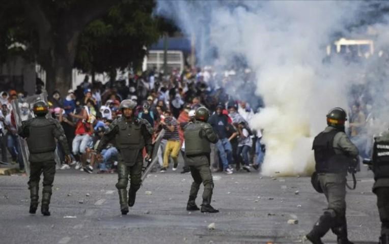 Alzamiento militar en Venezuela deja 5 fallecidos y 233 arrestos, dice fiscal