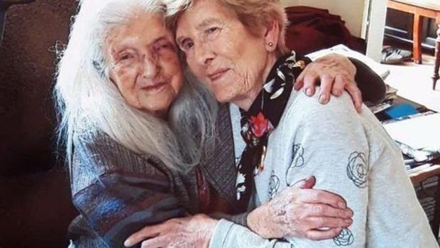 Un mujer irlandesa de 81 años se reencuentra con su madre de 103