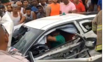 Una persona atrapada en su vehículo tras sufrir accidente de tránsito