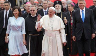 Ortodoxos, católicos, turistas y peregrinos reciben al papa en Rumanía