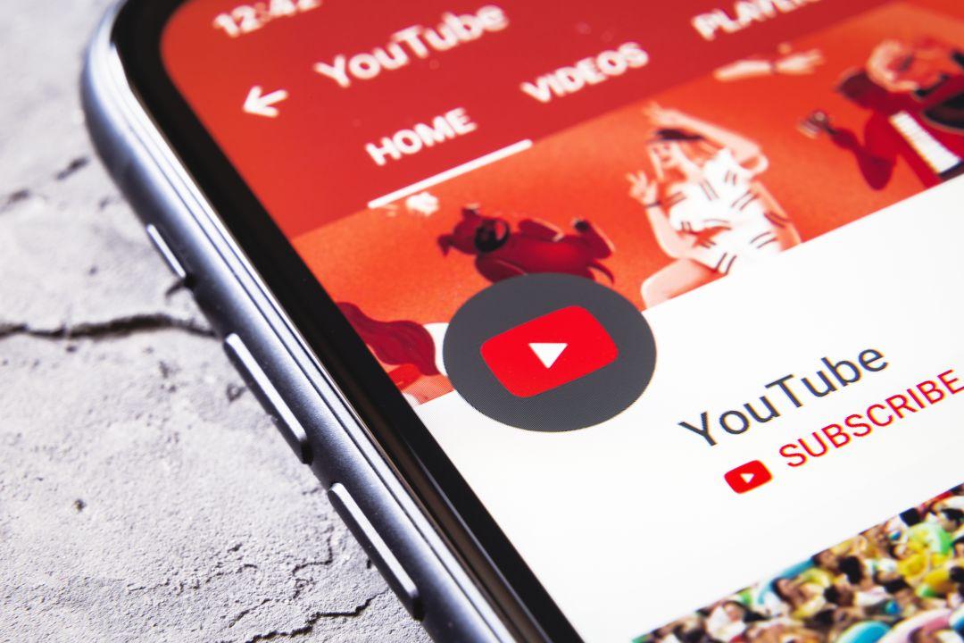 Piden a Youtube que retire doce vídeos que enseñan a espiar a la pareja