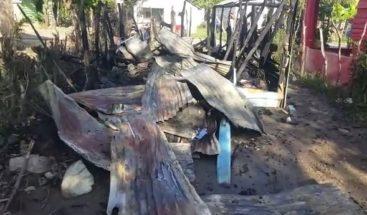 Pareja de esposos pide ayuda al INVI para que leconstruyan casa tras incendio