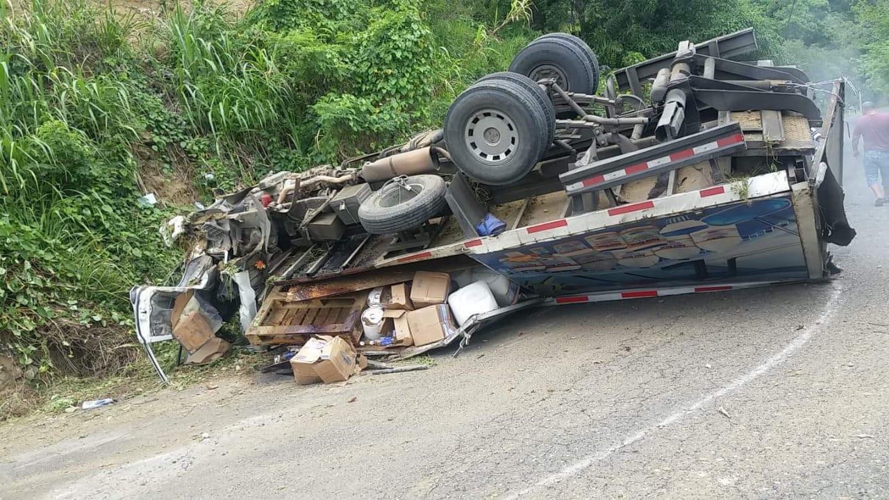 Camión se vuelca tras fallo en los frenos; no hay víctimas