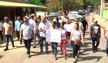 Marchan en Santiago por contaminación que produce extracción de materiales en Baitoa