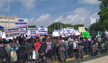 Protestantes contra la reelección amenazan con poner pantalla pública denominada