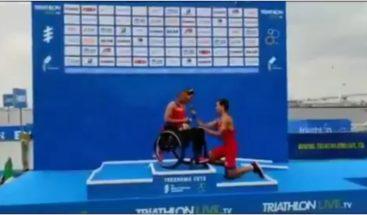 Proponen matrimonio a una triatleta paralímpica española tras subir al podio en Japón