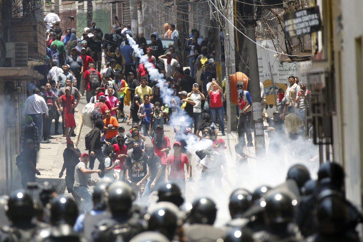 La Policía dispersa con gas una protesta de maestros y médicos en Honduras