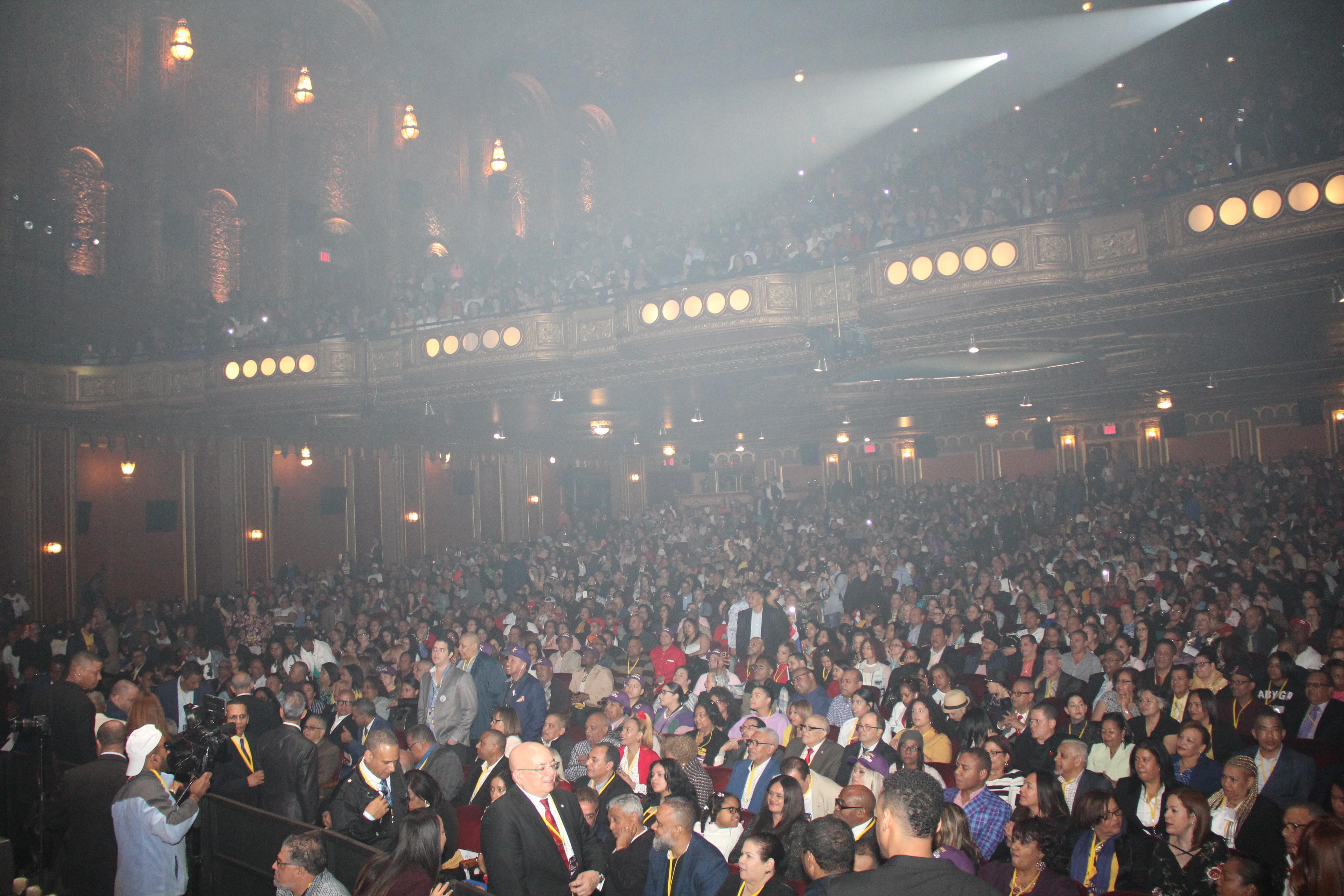 Dominicanos abarrotan Teatro United Palace en el Alto Manhattan en apoyo a Medina