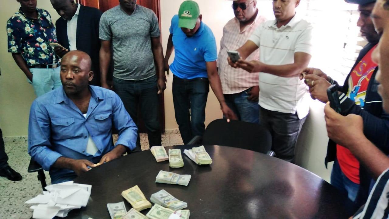 Autoridades detienen a dos haitianos en la frontera y le ocupa 50 mil dólares
