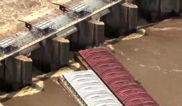 Las barcazas se estrellan contra la presa de Oklahoma en las inundaciones del río Arkansas
