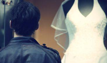 Aparece un vestido de novia colgado en un árbol (con un particular mensaje)