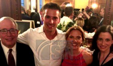 Actriz Scarlett Johansson ayuda a estación de bomberos en Puerto Rico